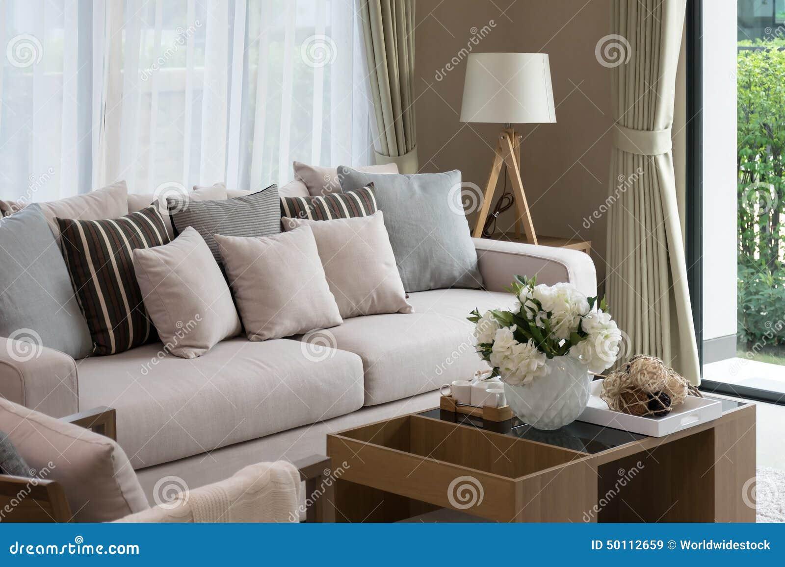 Nowożytny żywy izbowy projekt z kanapą i lampą