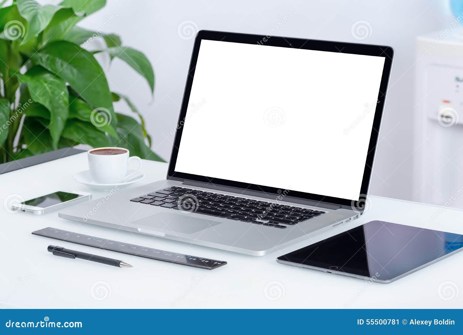 Nowożytny biurowy workspace z laptop pastylki komputerem osobistym