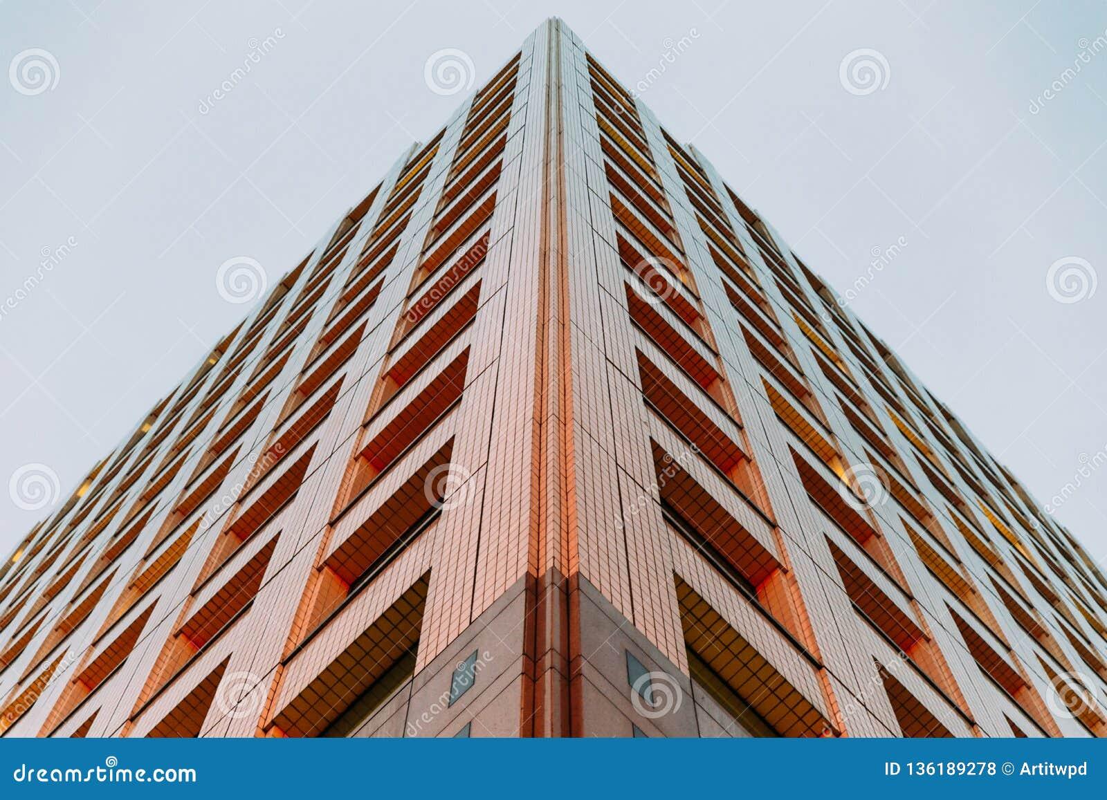 Nowożytny budynku strzał z jasnym niebem w tle w wieczór spod spodu Symetryczny balansowy architektury tło