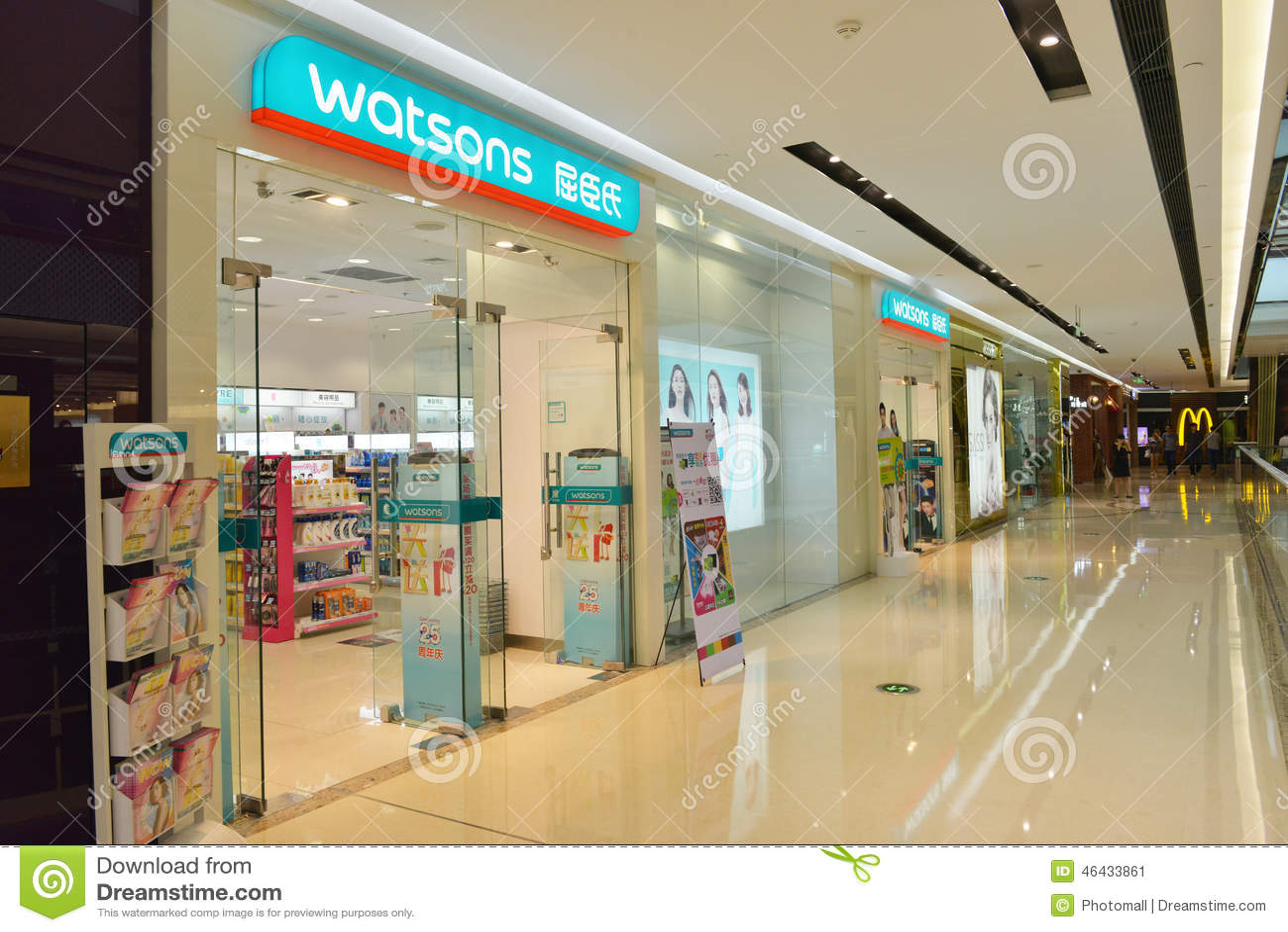 Nowożytny detaliczny zakupy centrum handlowe, centre z wiele kupujących ruchliwie robić zakupy/