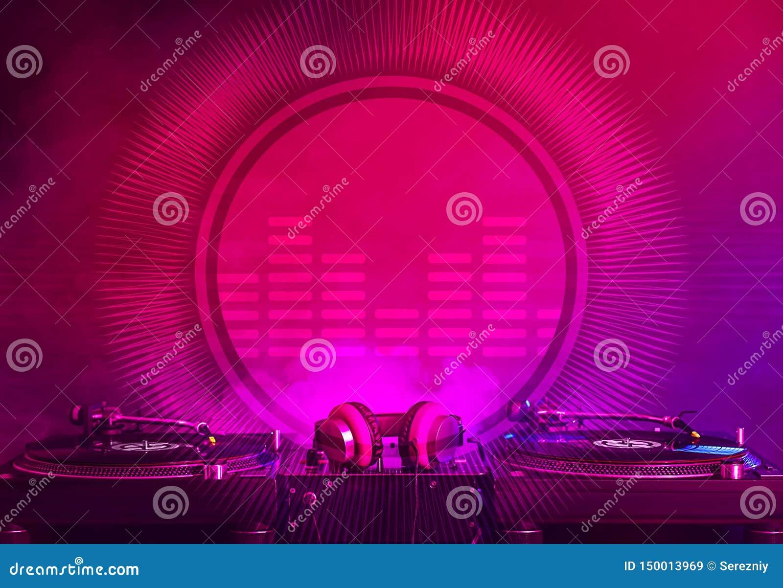 Nowożytny DJ melanżer na ciemnym tle