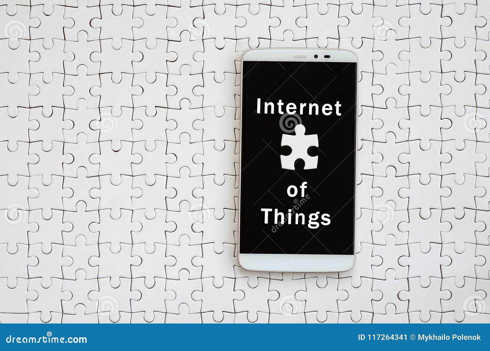 Nowożytny duży smartphone z dotyka ekranem kłama na białych dżigi