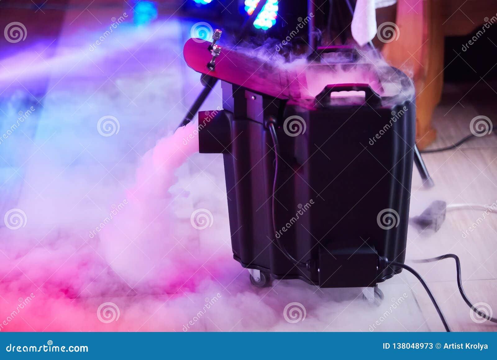 Nowożytny dymu, mgły suchego lodu przyrząd w akcji/