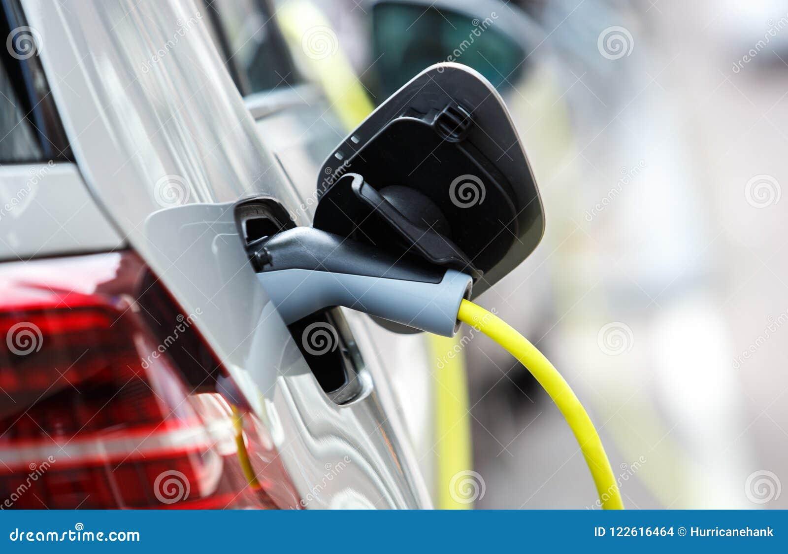 Nowożytny elektryczny samochód ładuje z władza kablem