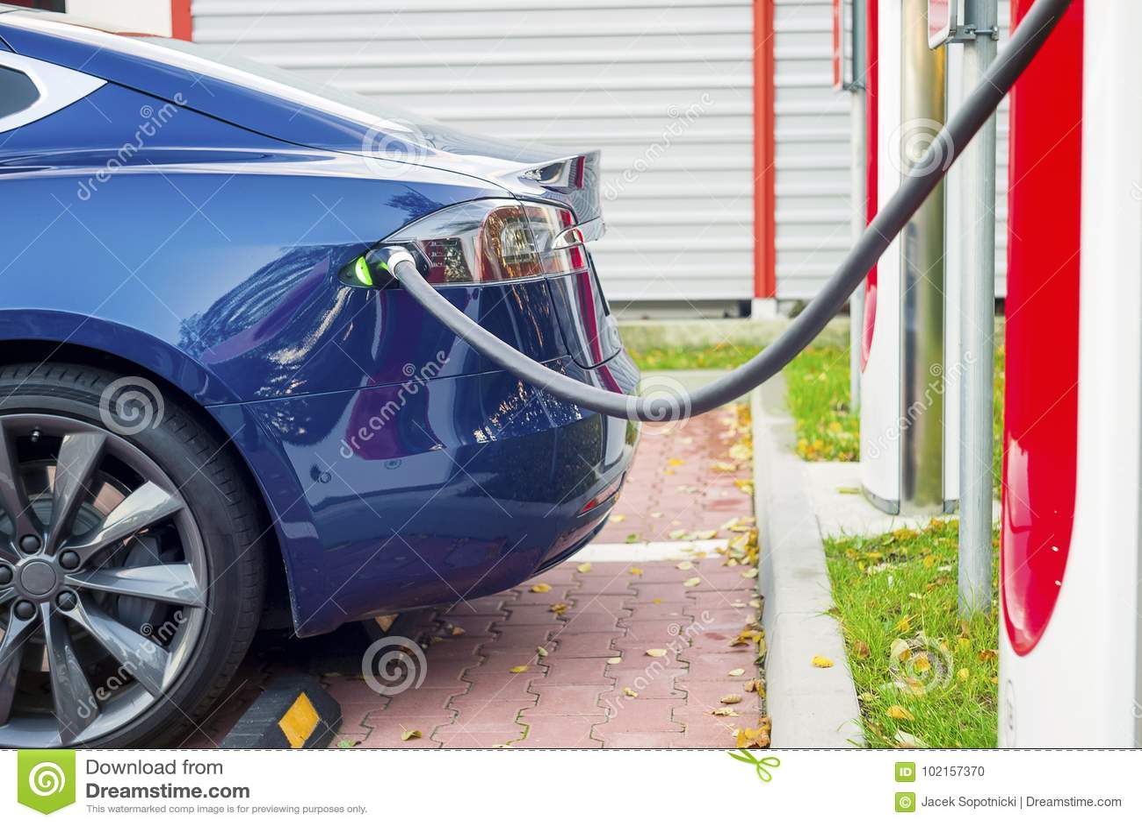 Nowożytny elektryczny samochód czopował ładuje stacja w parking