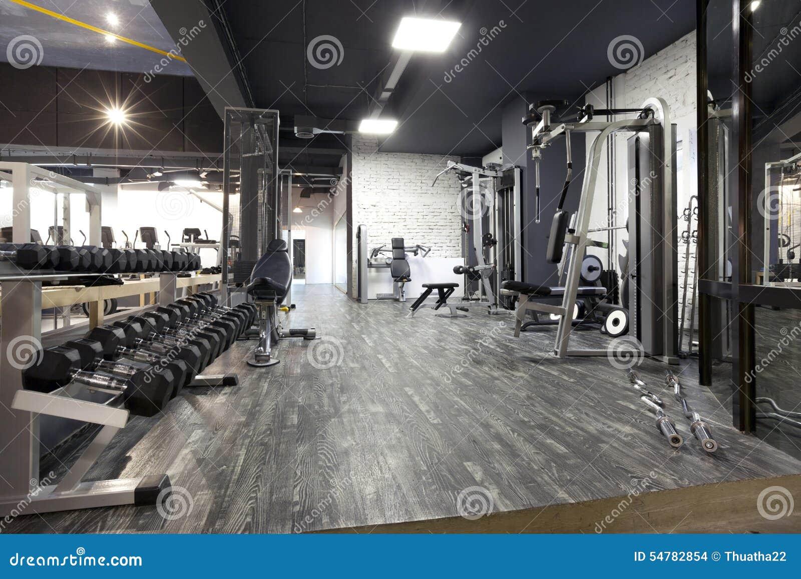Nowożytny gym wnętrze z różnorodnym wyposażeniem