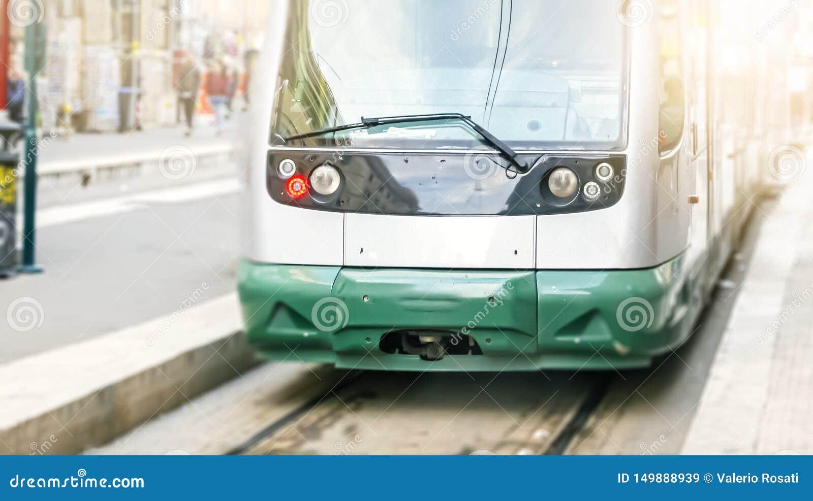 Nowożytny jawny tramwaj widzieć od przodu