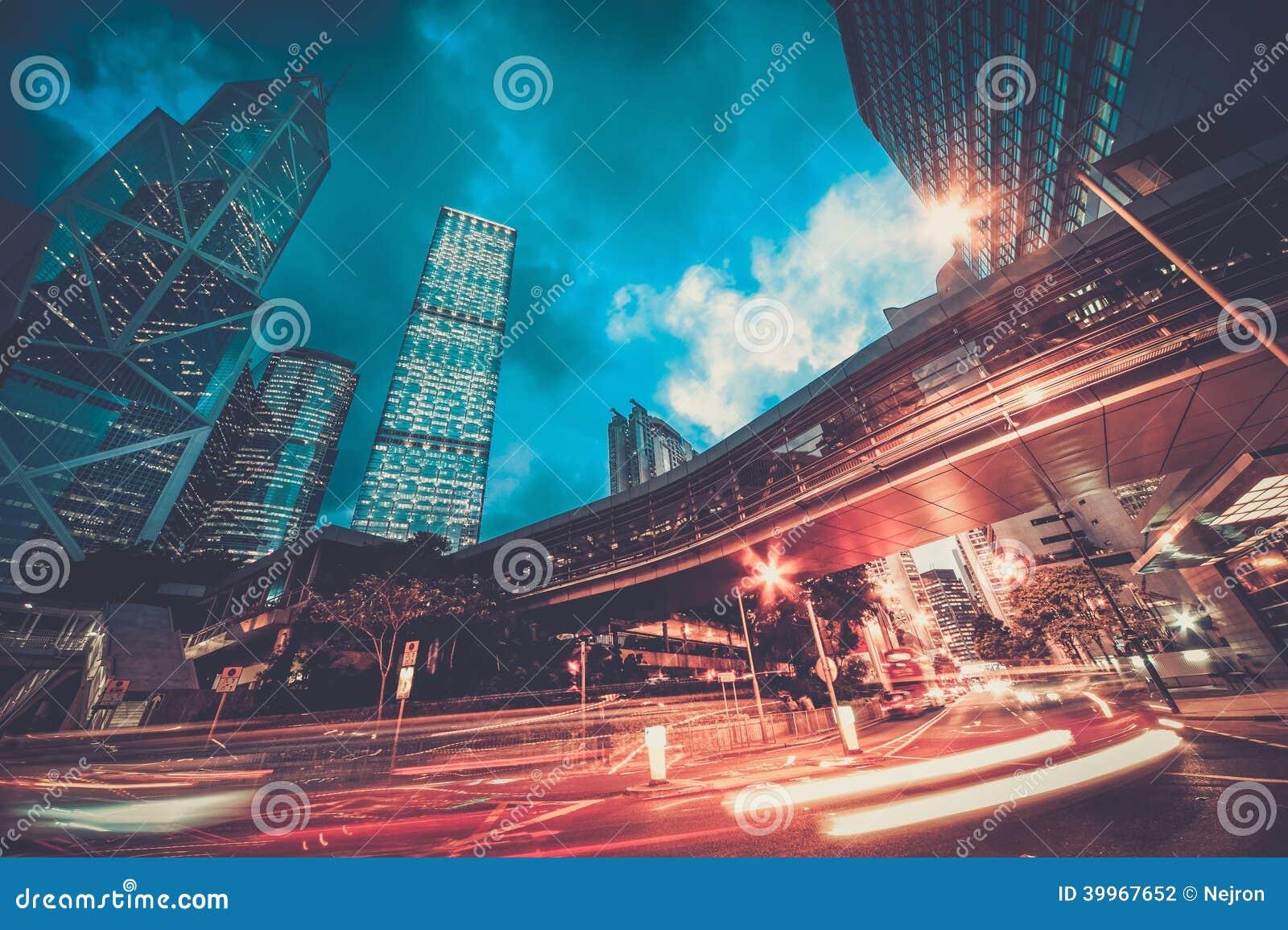 Nowożytny miasto przy nocą