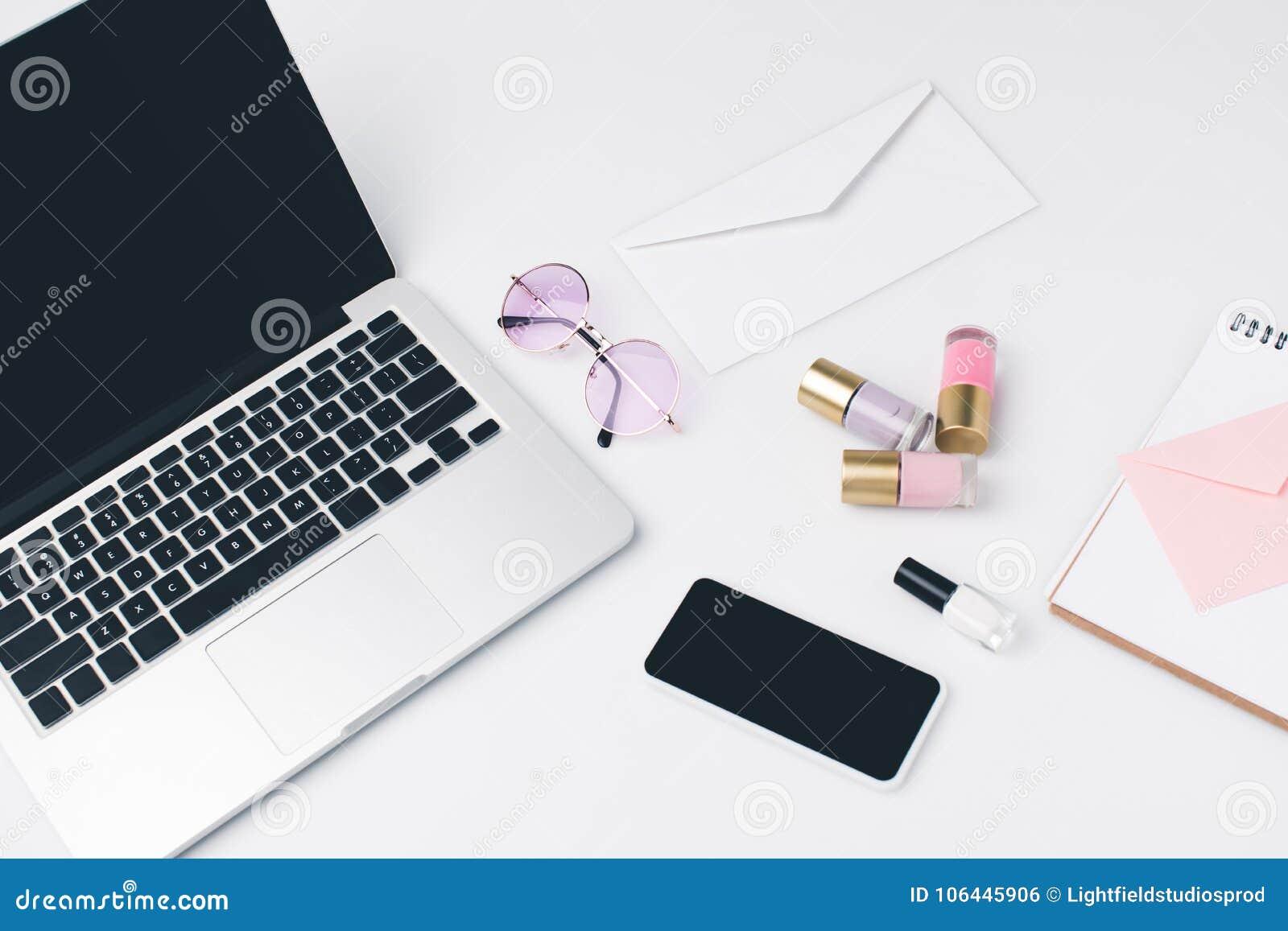 Nowożytny miejsce pracy z laptopem