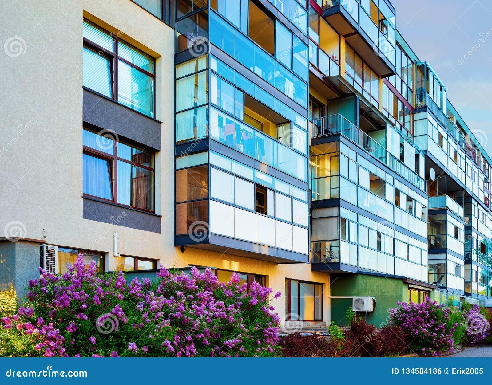 Nowożytny mieszkaniowy mieszkanie domu budynku kompleksu blok plenerowy