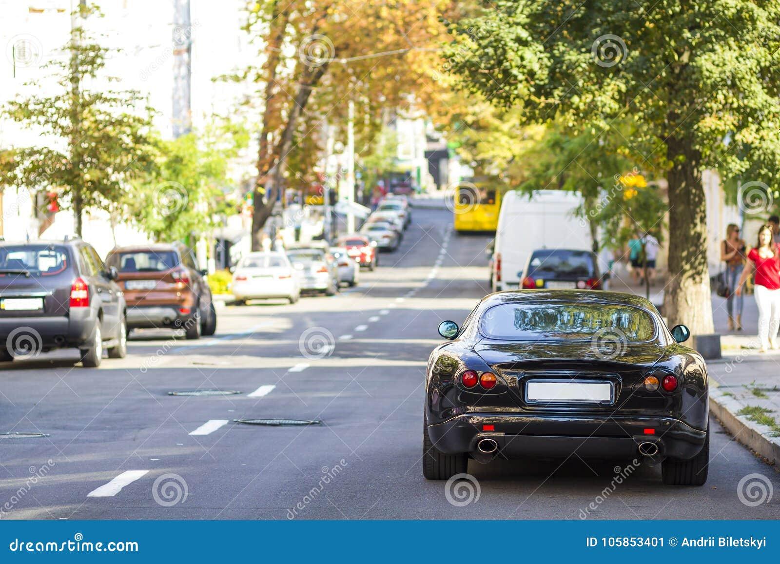 Nowożytny nowy samochód na stronie ulica Rzędy samochody parkujący dalej