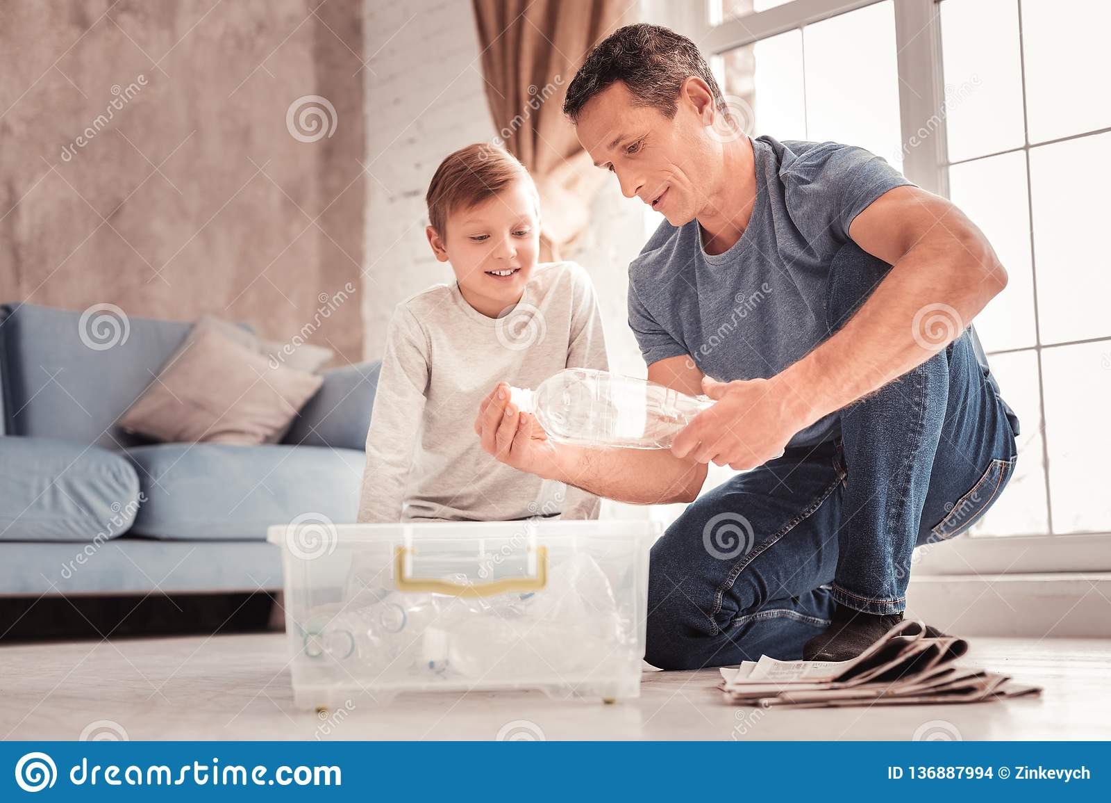 Nowożytny ojciec jest ubranym cajgi mówi jego syna o klingerycie