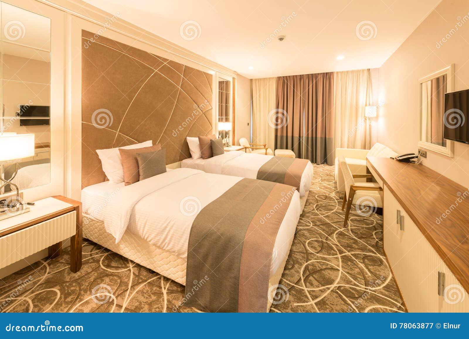 Nowożytny pokój hotelowy z dużym łóżkiem