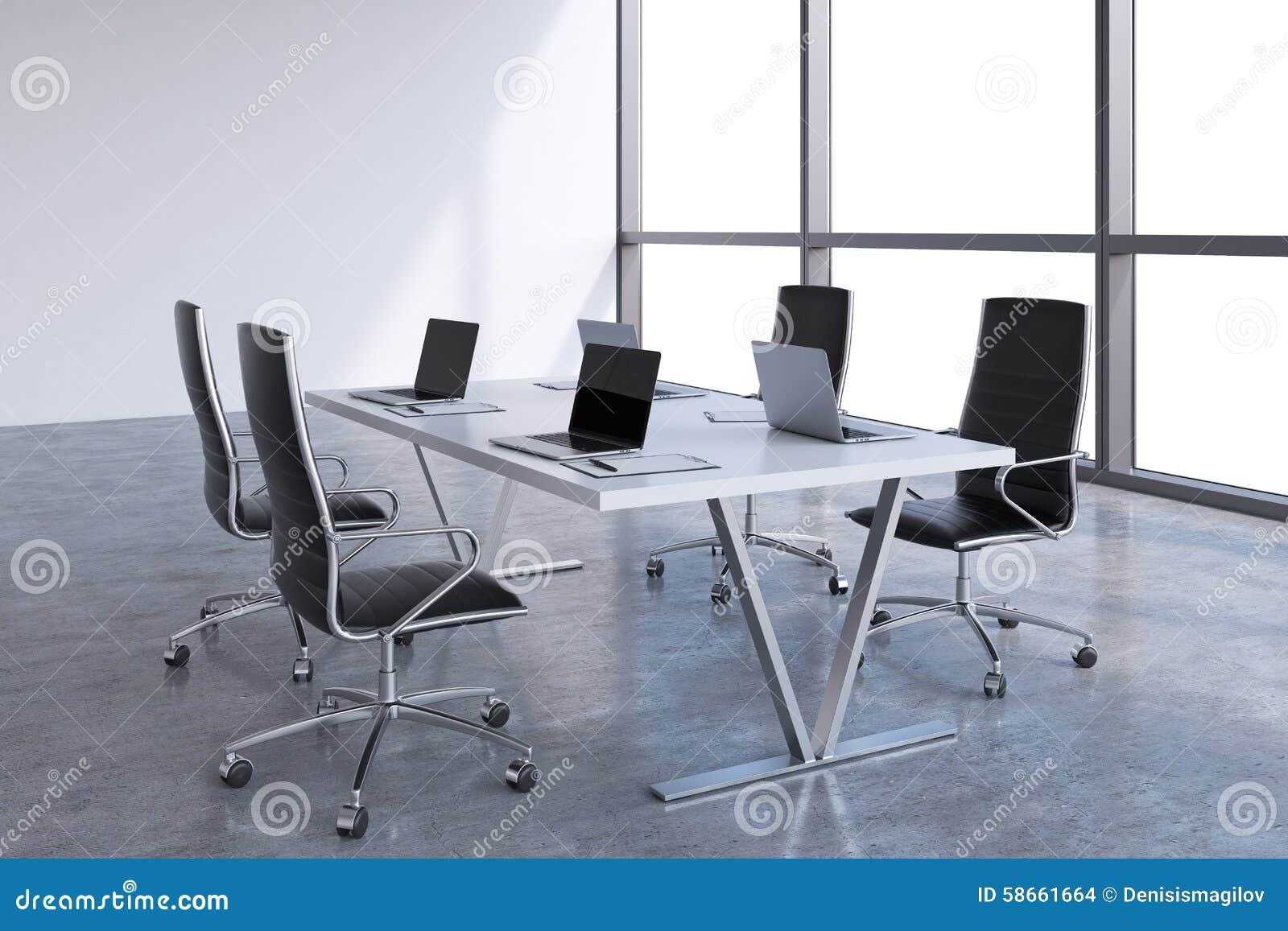 Nowożytny pokój konferencyjny z ogromnymi okno z kopii przestrzenią Czarni rzemienni krzesła i biały stół z laptopami