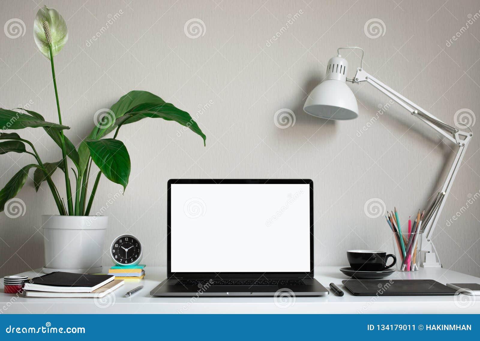 Nowożytny praca stół z pustym komputerowym laptopem i akcesoriami w ministerstwo spraw wewnętrznych studiu Freelance projektanta