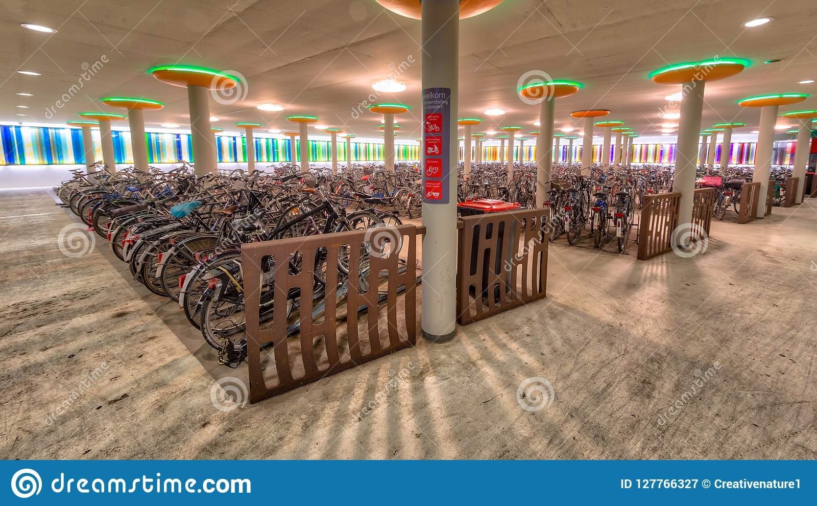 Nowożytny rowerowy parking przy dworcem