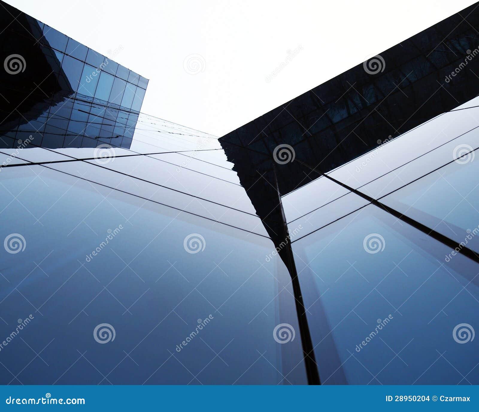 Nowożytny szklany budynek wzrasta niebo