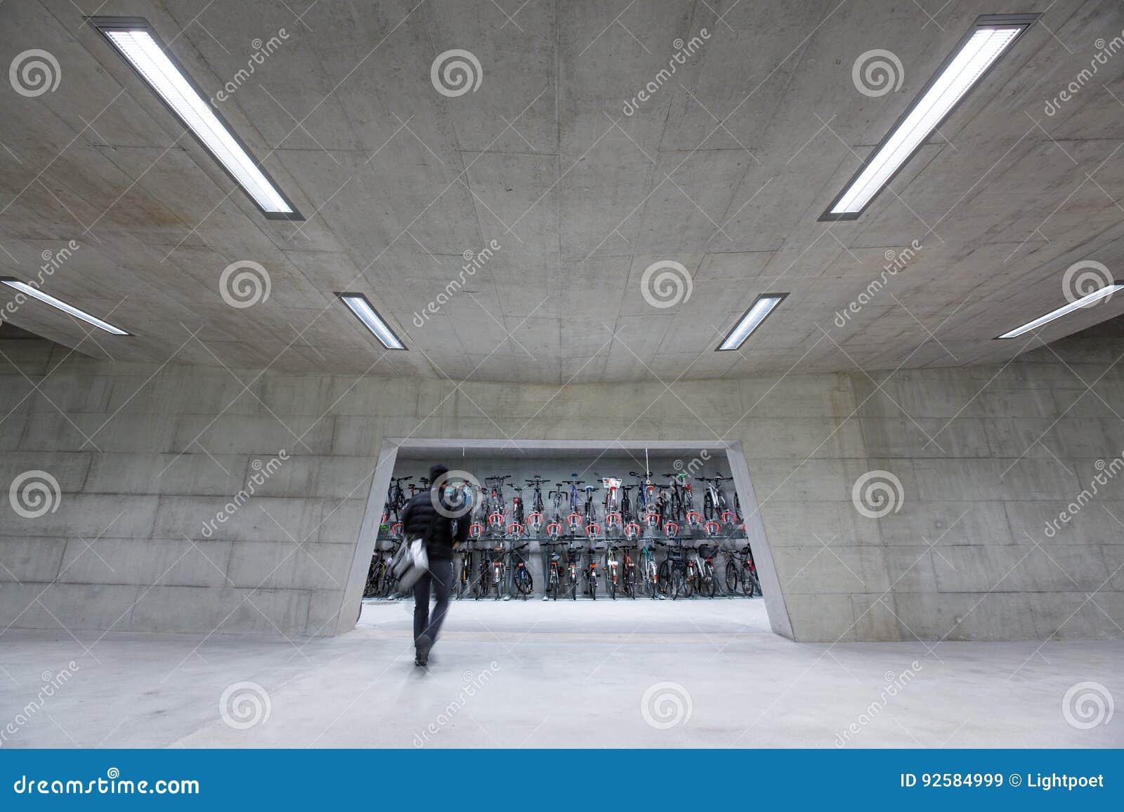 Nowożytny Trainstation z bikestands pośpiechem