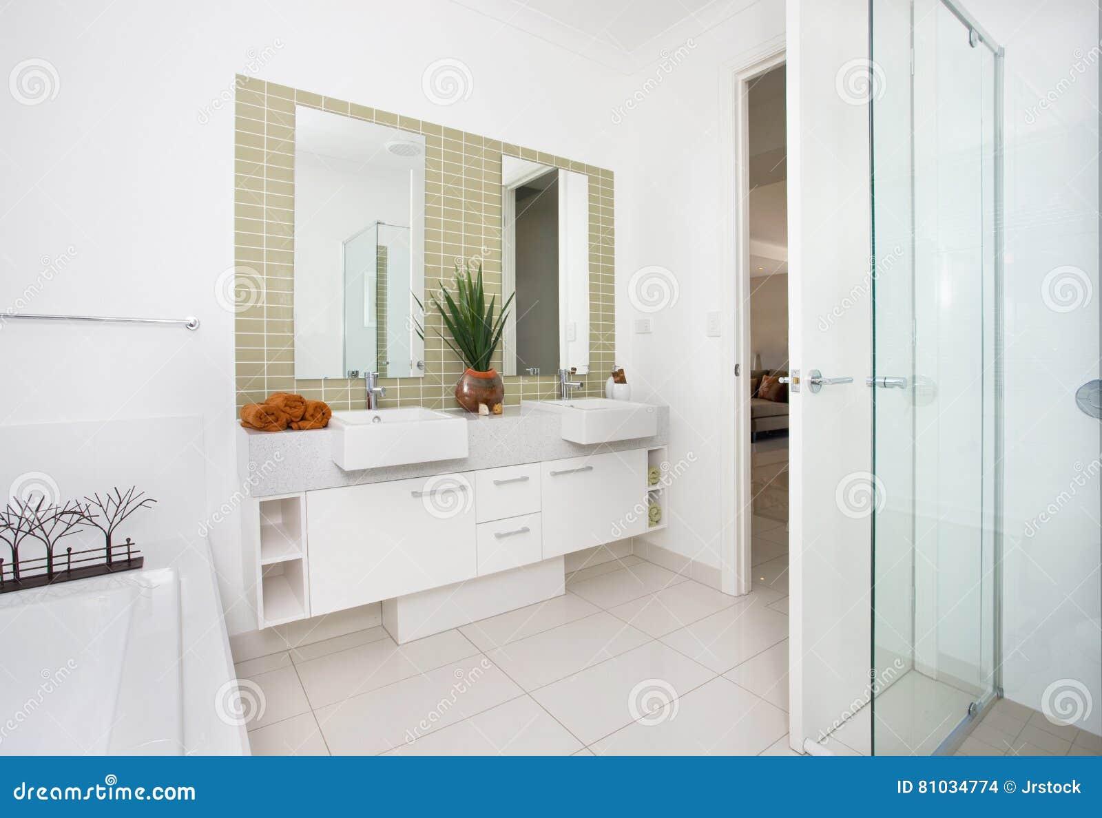 Nowożytny washroom z drzwi otwierającym i biel ścianami
