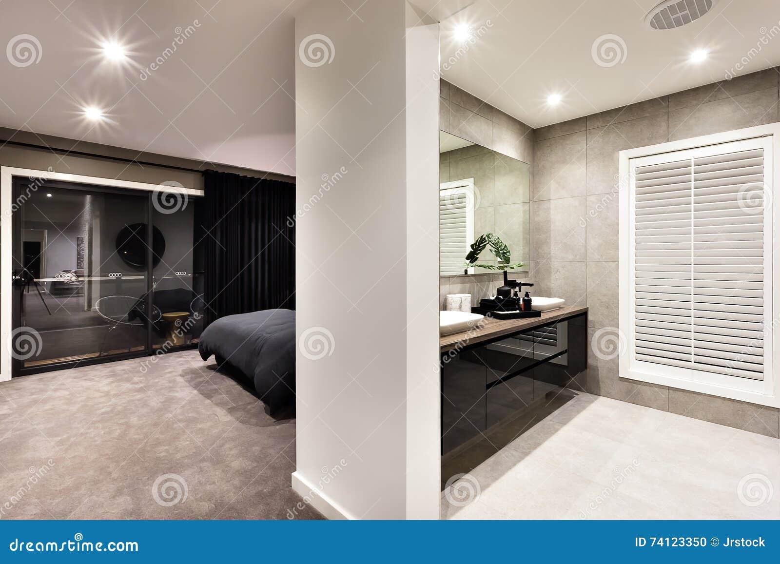 Nowożytny washroom z korytarzem i okno