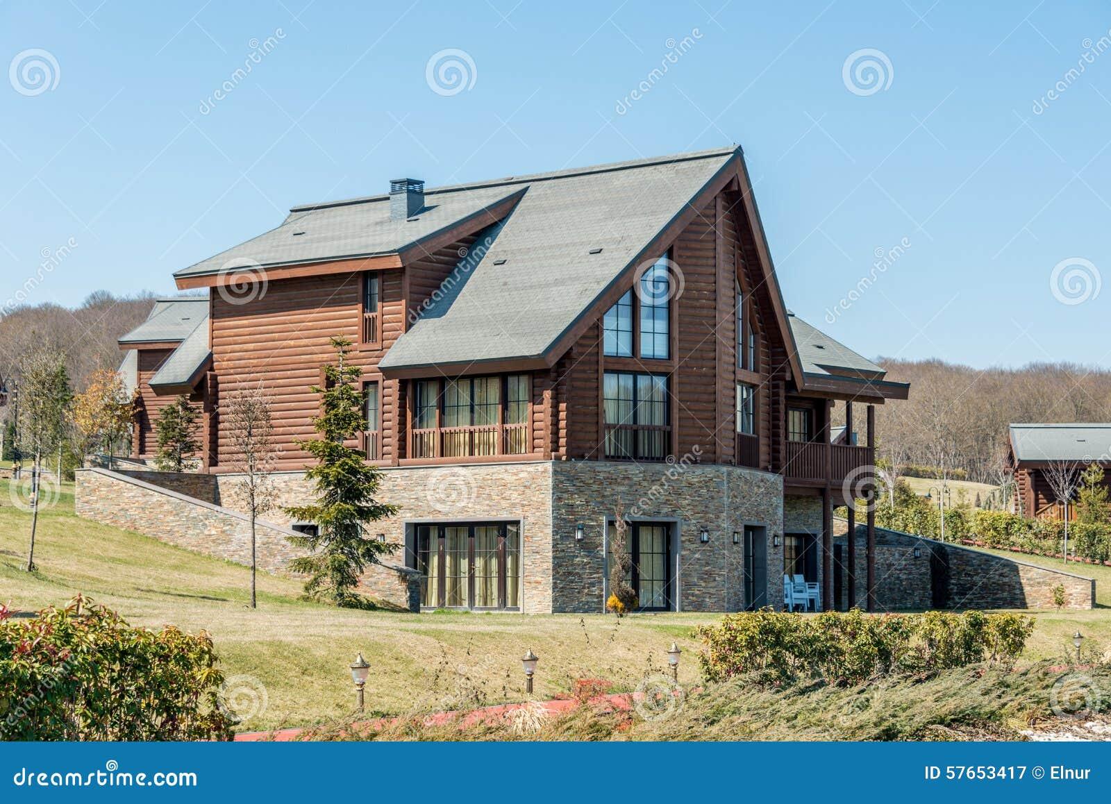 Nowożytny dom w jaskrawym letnim dniu