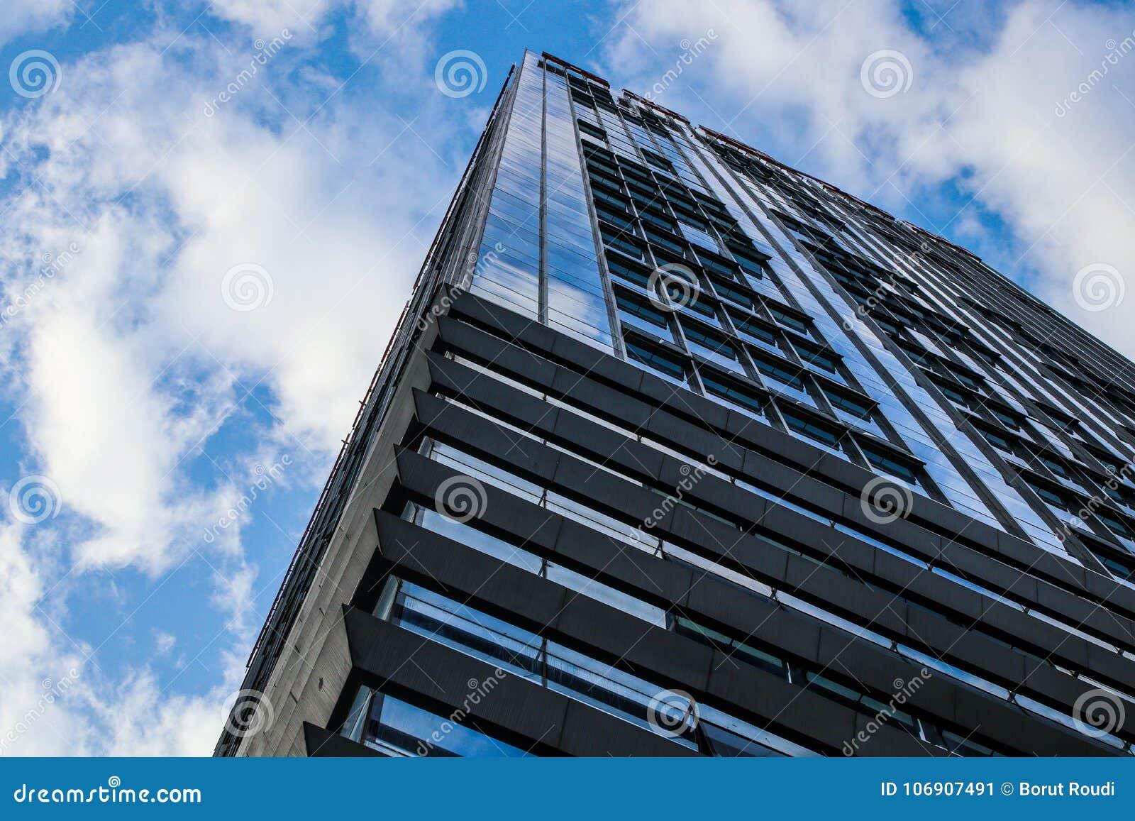 Nowożytny Wysoki budynków Szklanych okno niebieskie niebo