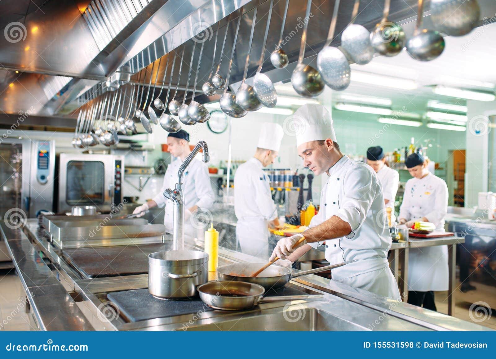 Nowoczesna kuchnia Szefowie kuchni przygotowywają posiłki w restauracji kuchni