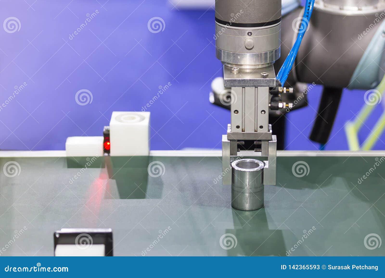 Nowoczesna technologia i precyzja robota chwyt dla chwyta produktu w procesie produkcyjnym