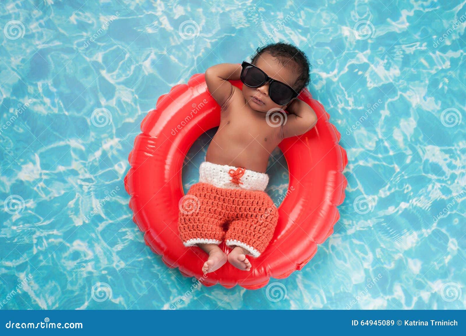 Nowonarodzona chłopiec Unosi się na pływanie pierścionku