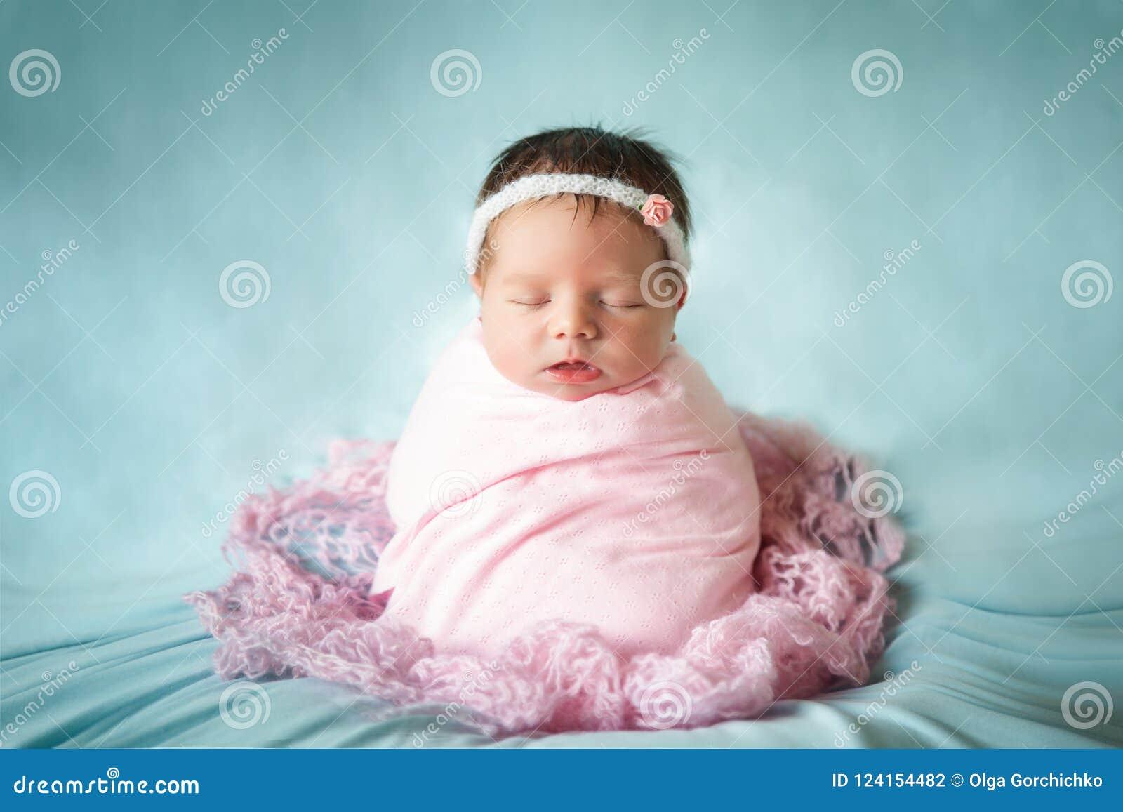 Nowonarodzona dziewczynka pokojowo śpi w kartoflanej workowej pozie