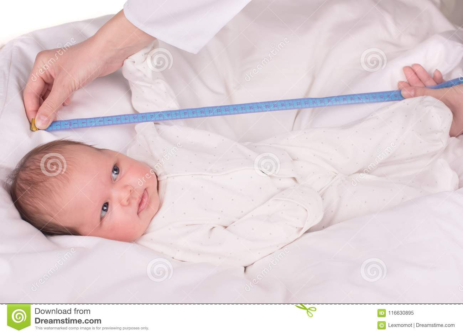 Nowonarodzone dziecko Małe dziecko w medycyna szpitalu Medyczna opieka zdrowotna Doktorski pediatra
