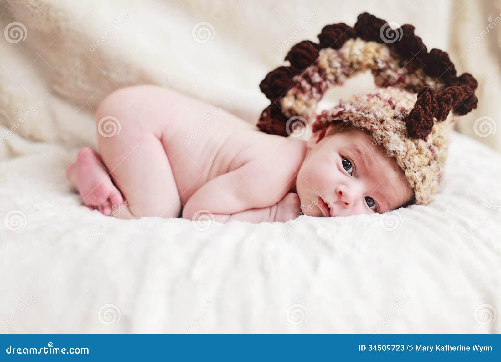 Nowonarodzony dziecko z kapeluszem