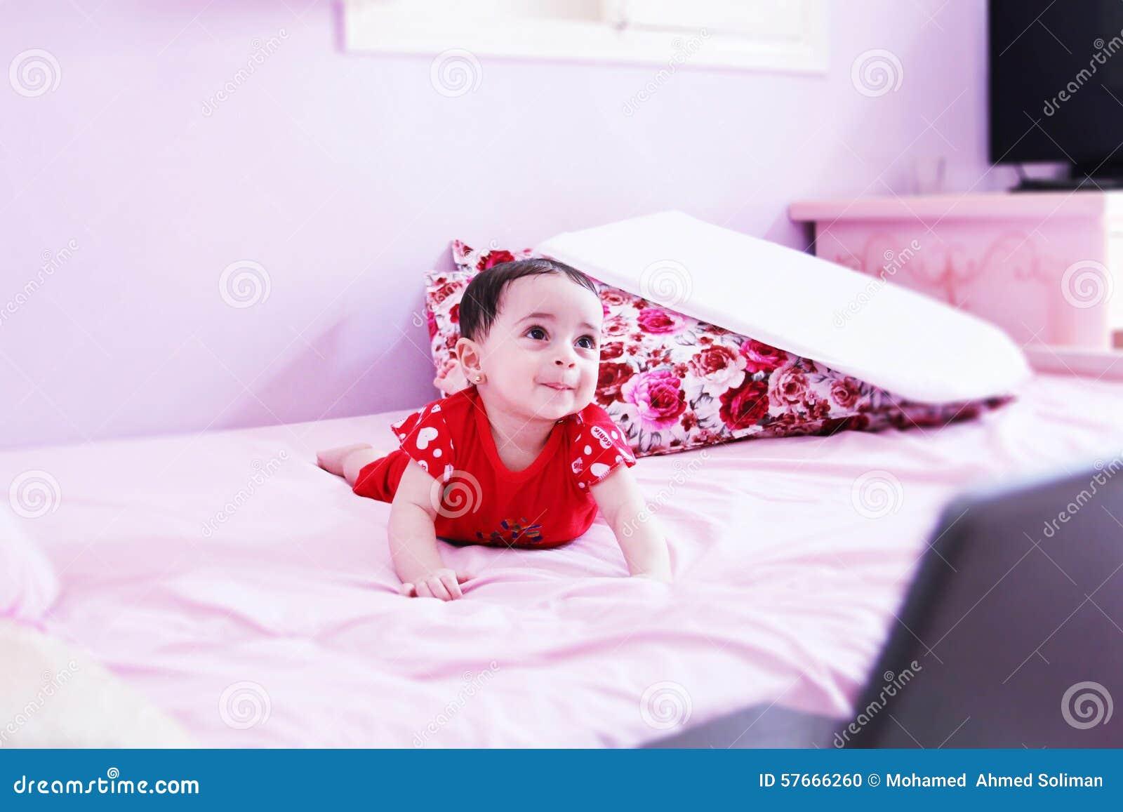 Nowonarodzony dziewczyny patrzeć