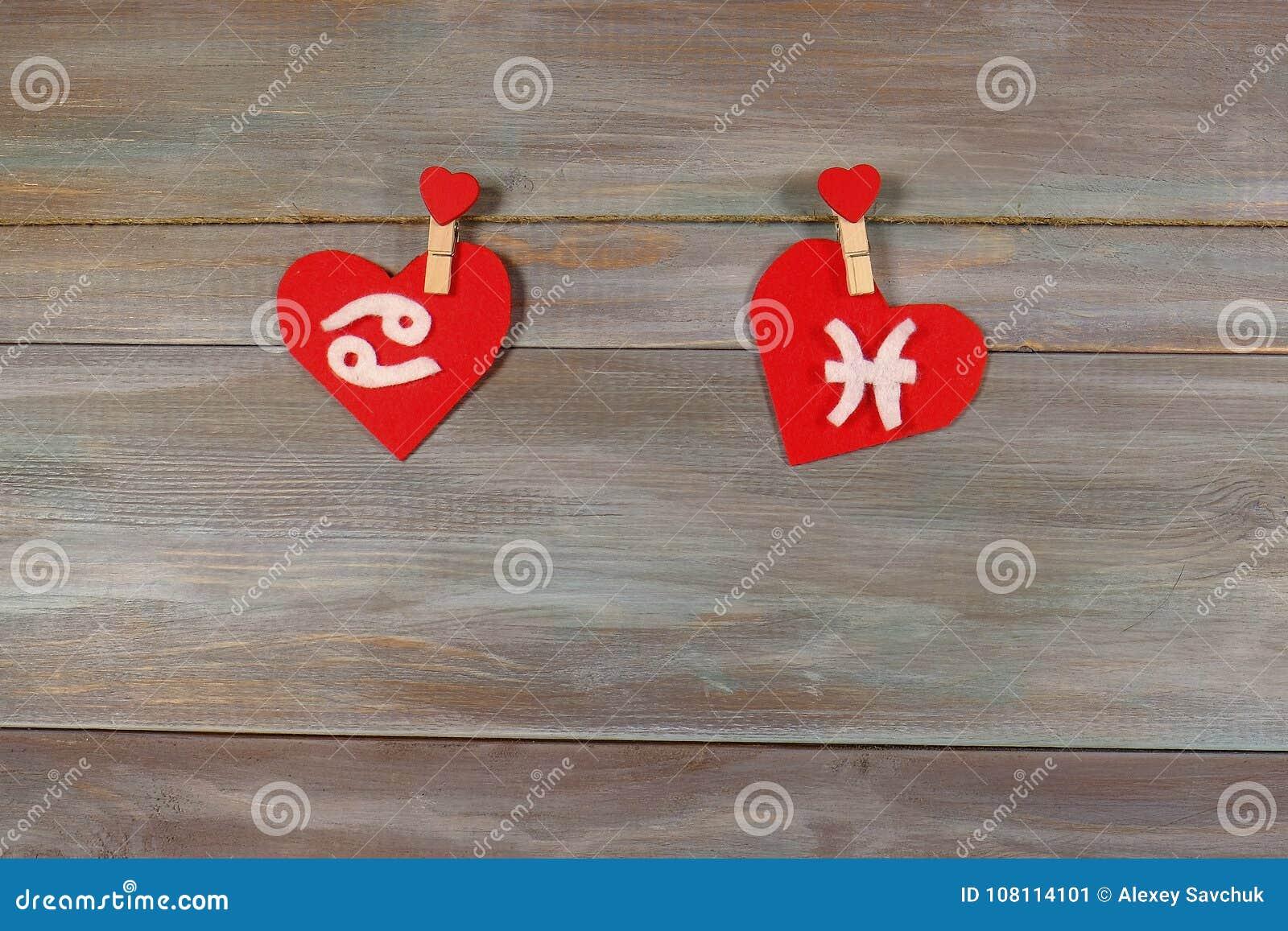 Nowotwór i ryba znaki zodiak i serce Drewniany backgroun