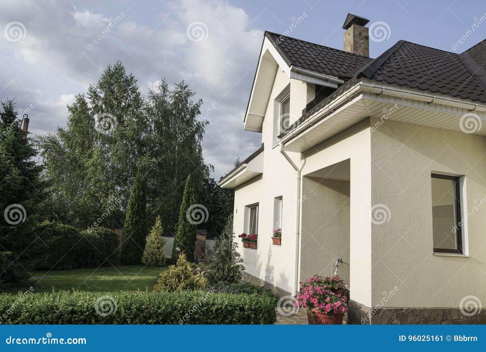 Nowy dom z ogródem w obszarze wiejskim