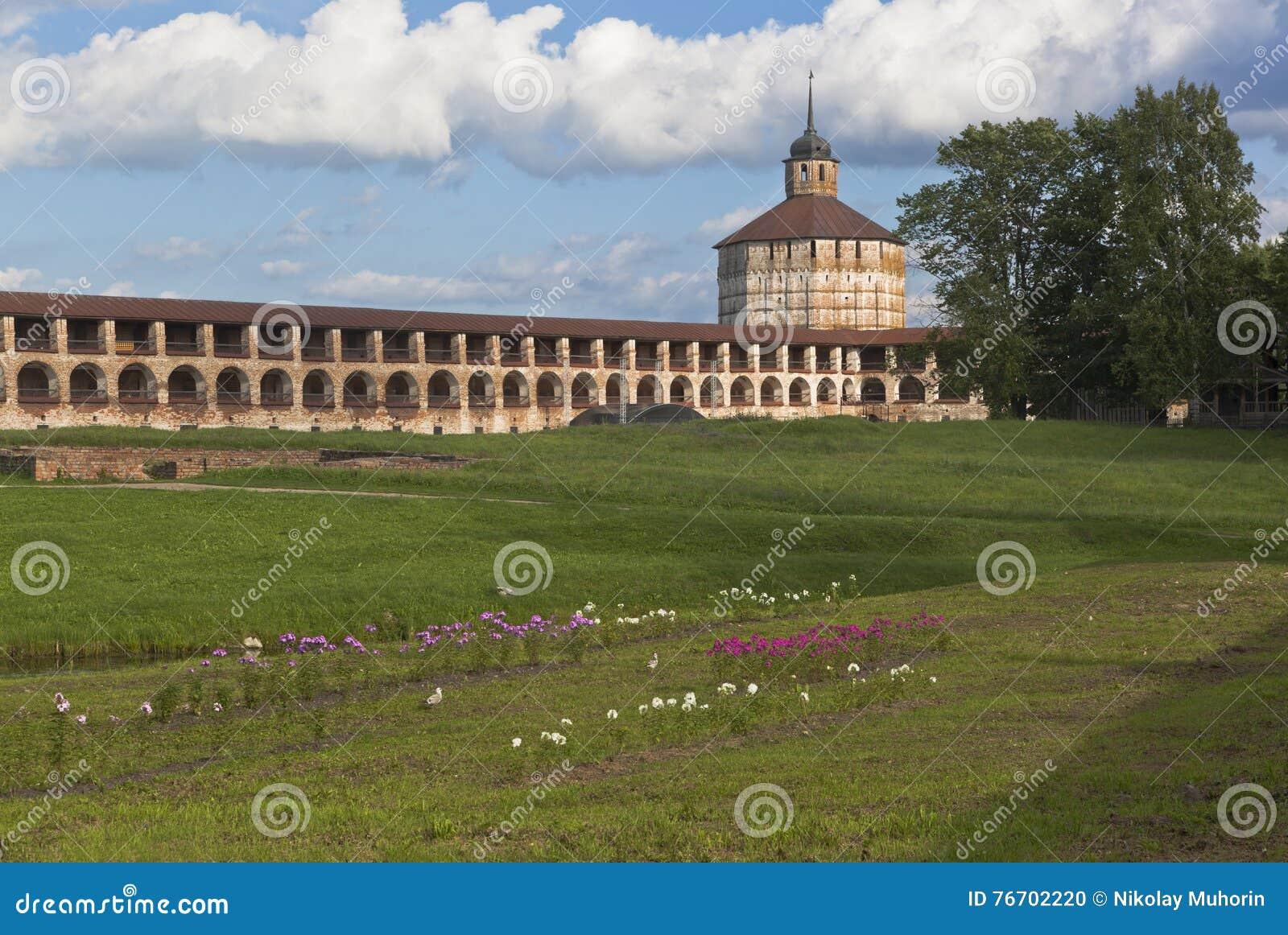 Nowy forteczny miasto i Vologda wierza Kirillo-Belozersky monaster, Vologda region, Rosja