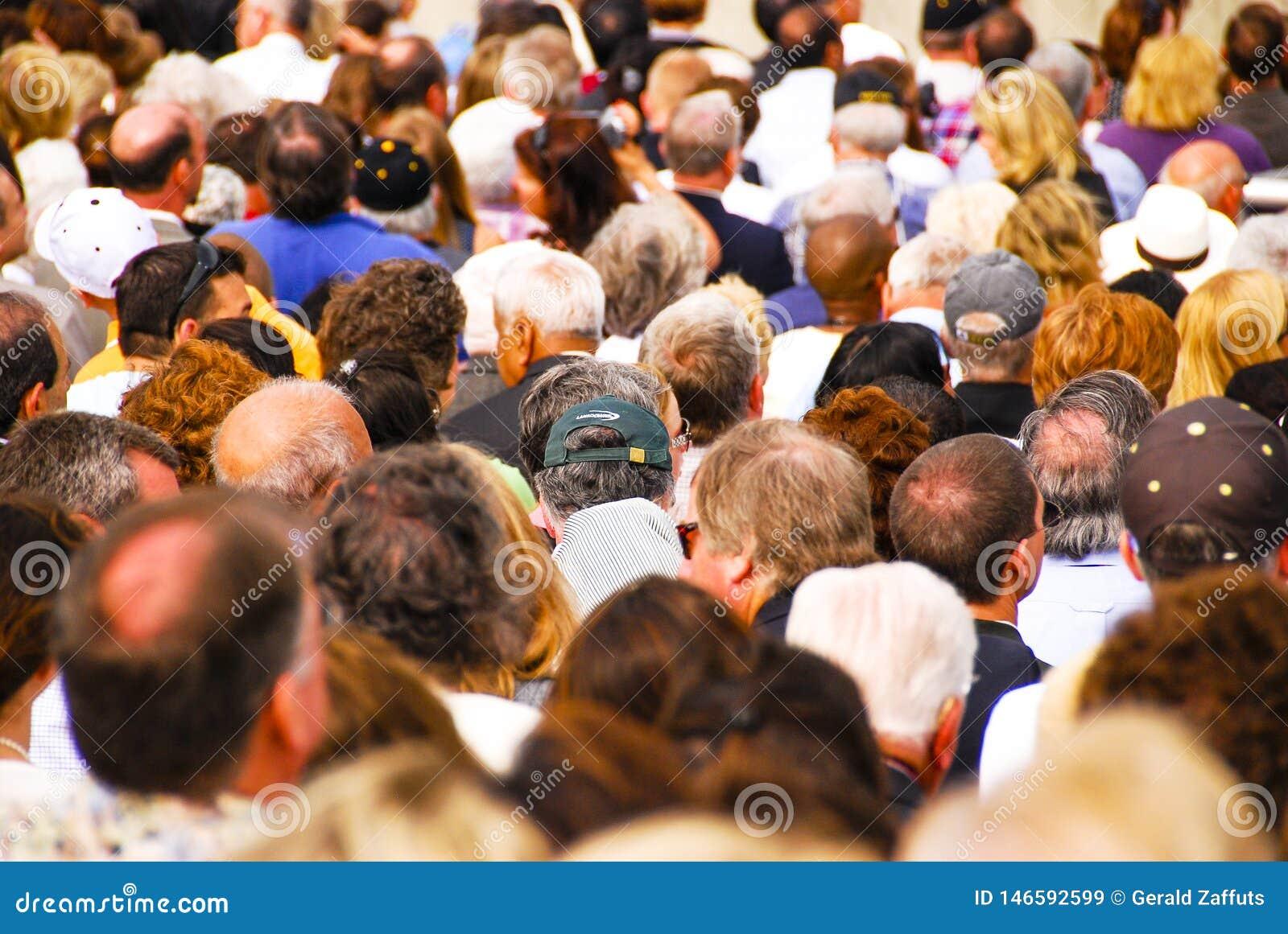 Nowy Jork, Maj - 31, 2008: wielki tłum ludzie opuszcza stadium
