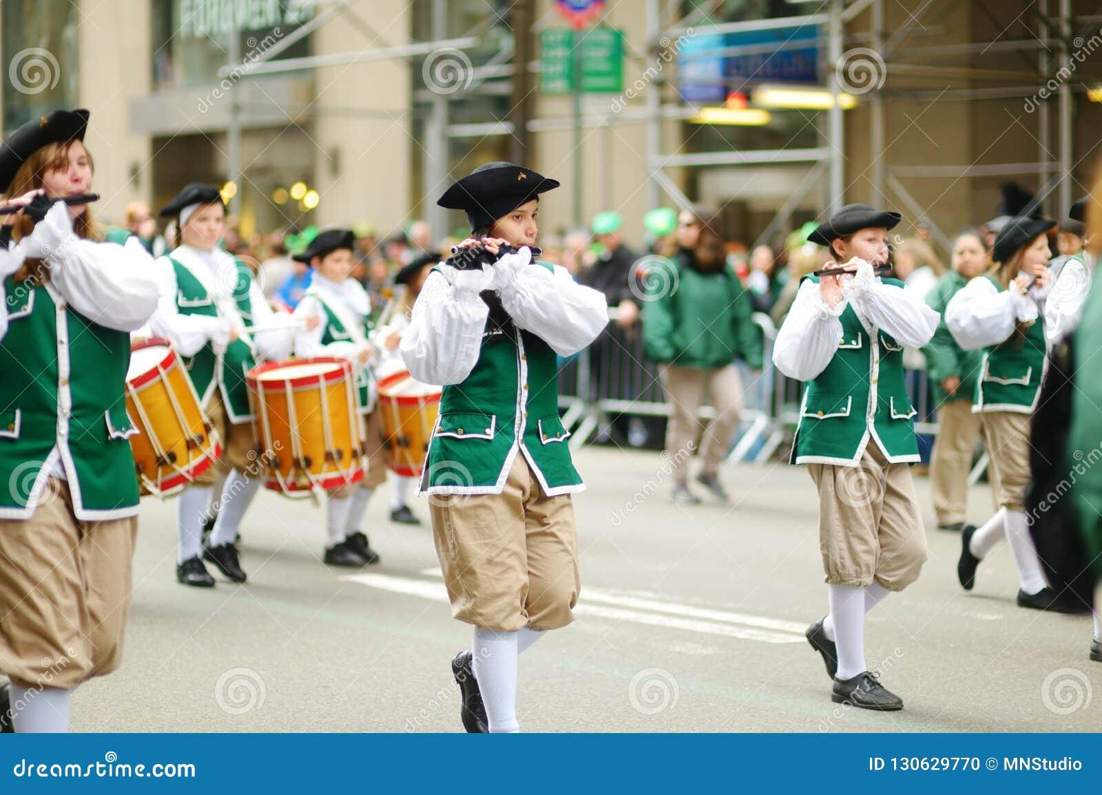 NOWY JORK, MARZEC - 17, 2015: Rocznika St Patrick dnia parada wzdłuż fifth avenue w Miasto Nowy Jork