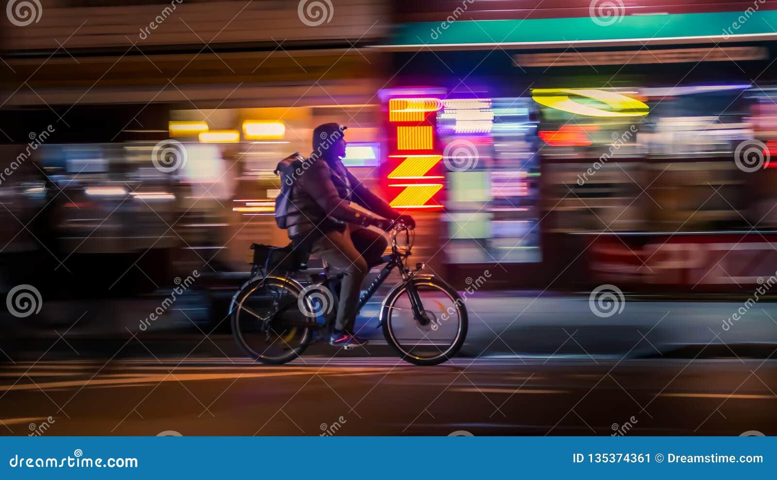 NOWY JORK, usa - MARZEC 18, 2018: Jeździeccy cykliści Bicyclistsin w mieście, noc, abstrakt fuzzy ruch