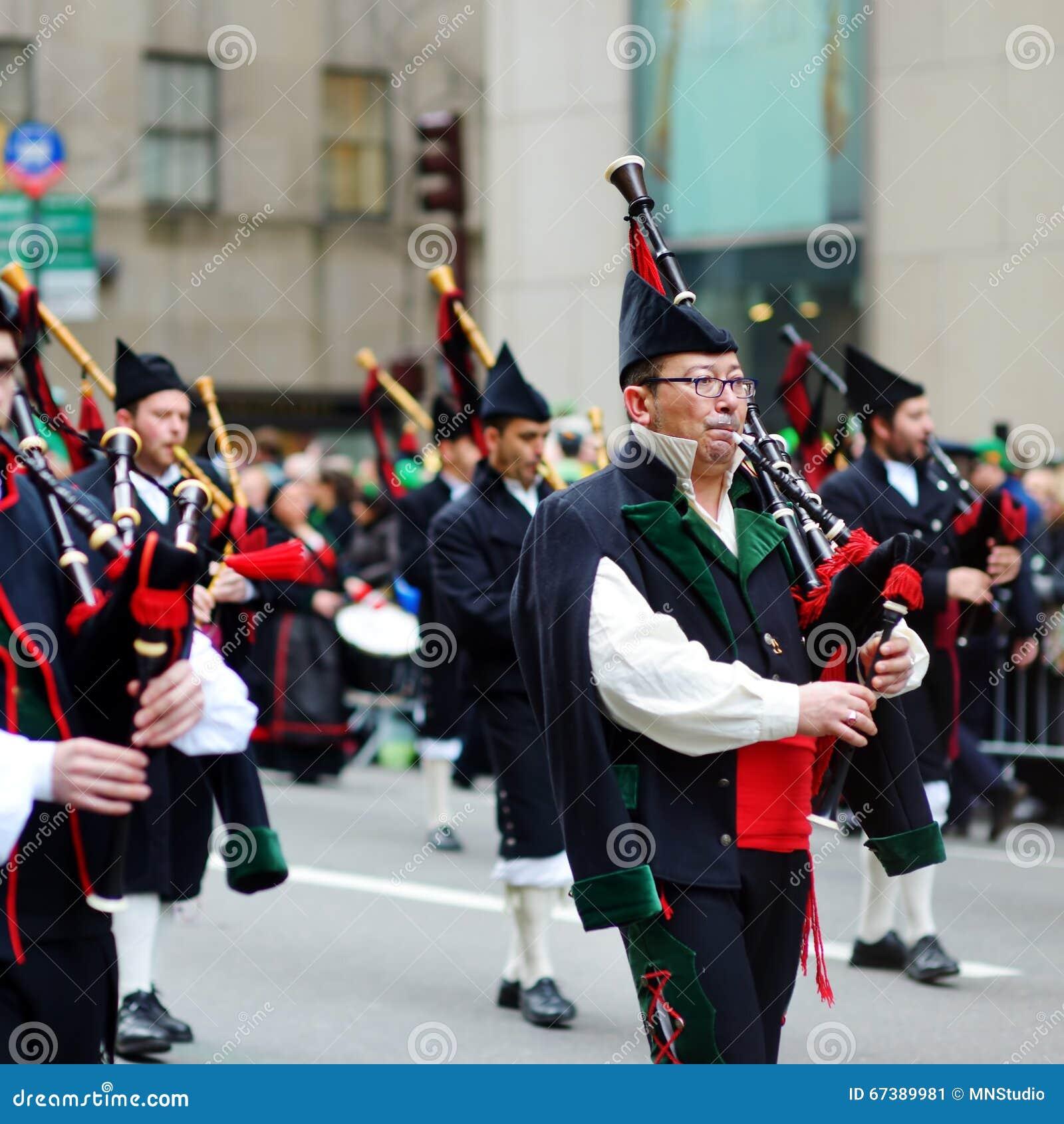NOWY JORK, usa - MARZEC 17, 2015: Rocznika St Patrick dnia parada wzdłuż fifth avenue w Nowy Jork