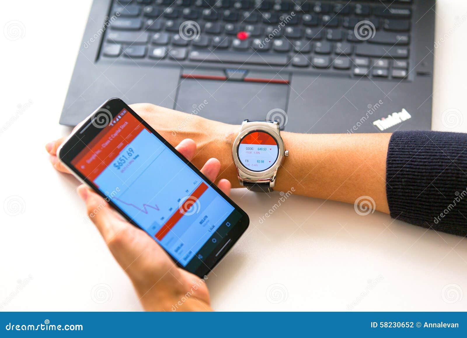 Nowy Jork, usa - Sierpień 20, 2015: Biznesowa kobieta patrzejący akcyjne wycena na jej smartwatch