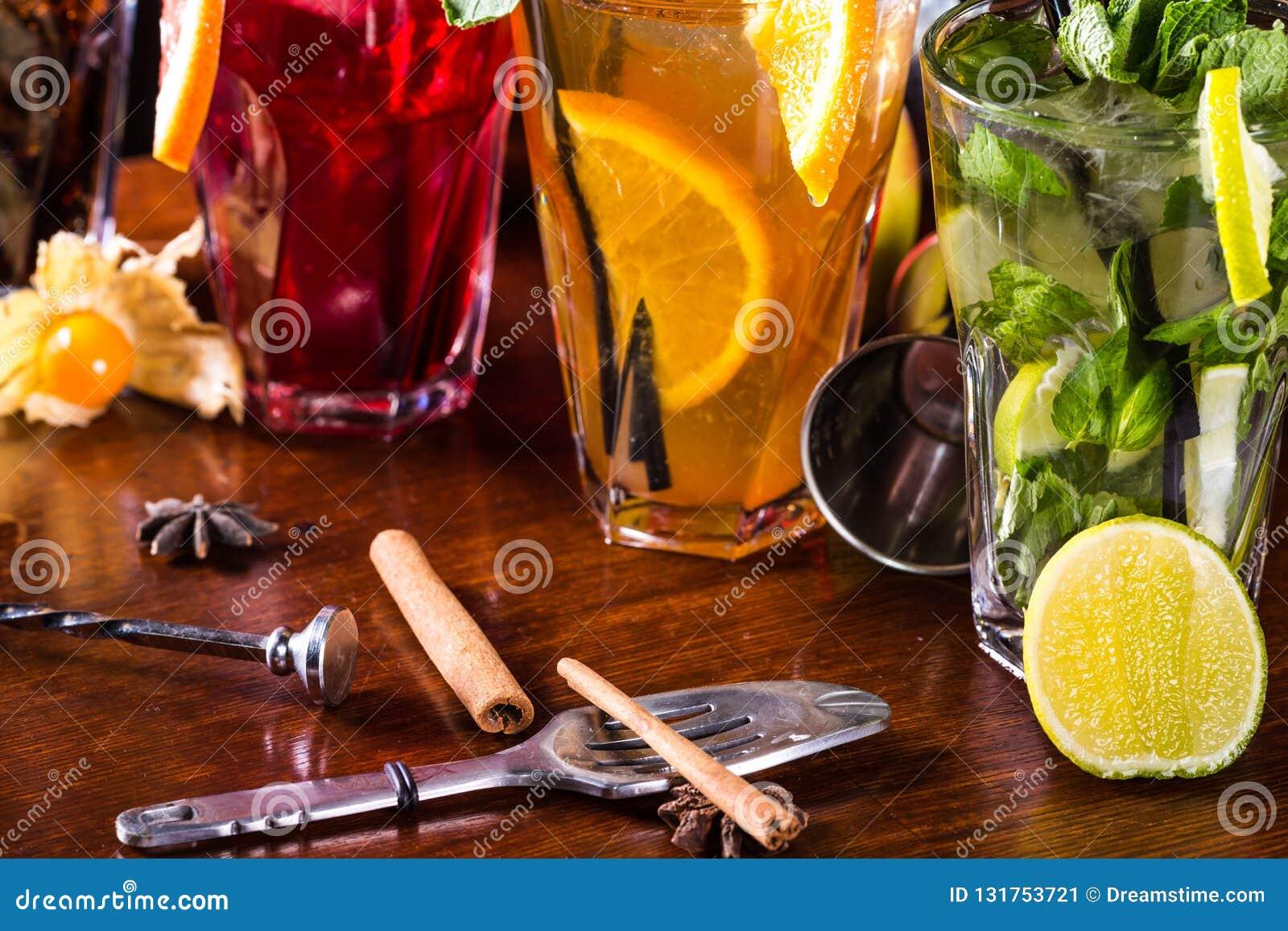 Nowy koktajl, pomarańczowy koktajl, truskawkowy koktajl w szklanych szkłach z słoma Prętowi akcesoria: potrząsacz