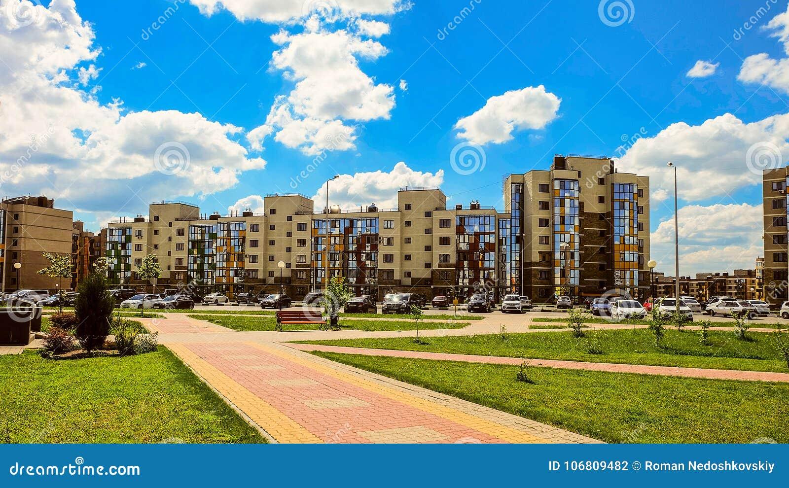 Nowy mieszkaniowy sąsiedztwa ` Ulitka, ślimaczka `/ Uliczny parking na zewnątrz wewnętrznego mieszkaniowi jardy