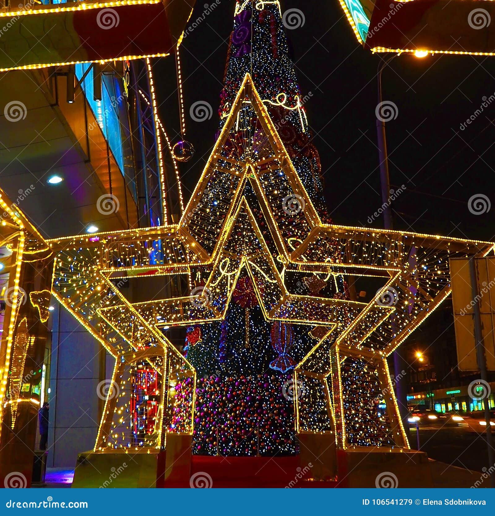 Nowy Rok 2018 i Bożenarodzeniowa nowego roku ` s dekoracja ulica w postaci tunelu gwiazdy w Moskwa