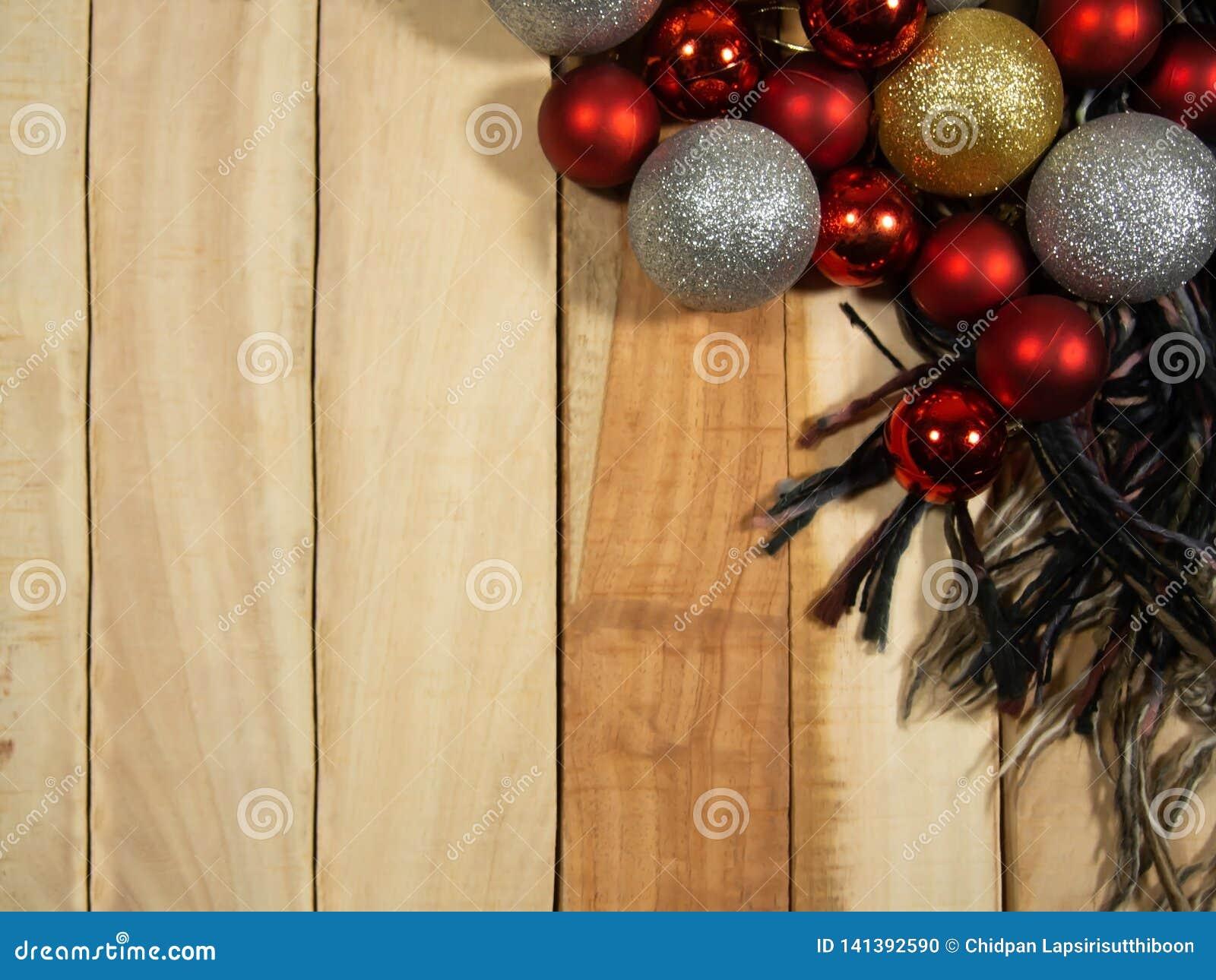 Nowy rok składów odgórnego widoku tło z dekoracji Bożenarodzeniową piłką szalikiem na stole drewnianym i