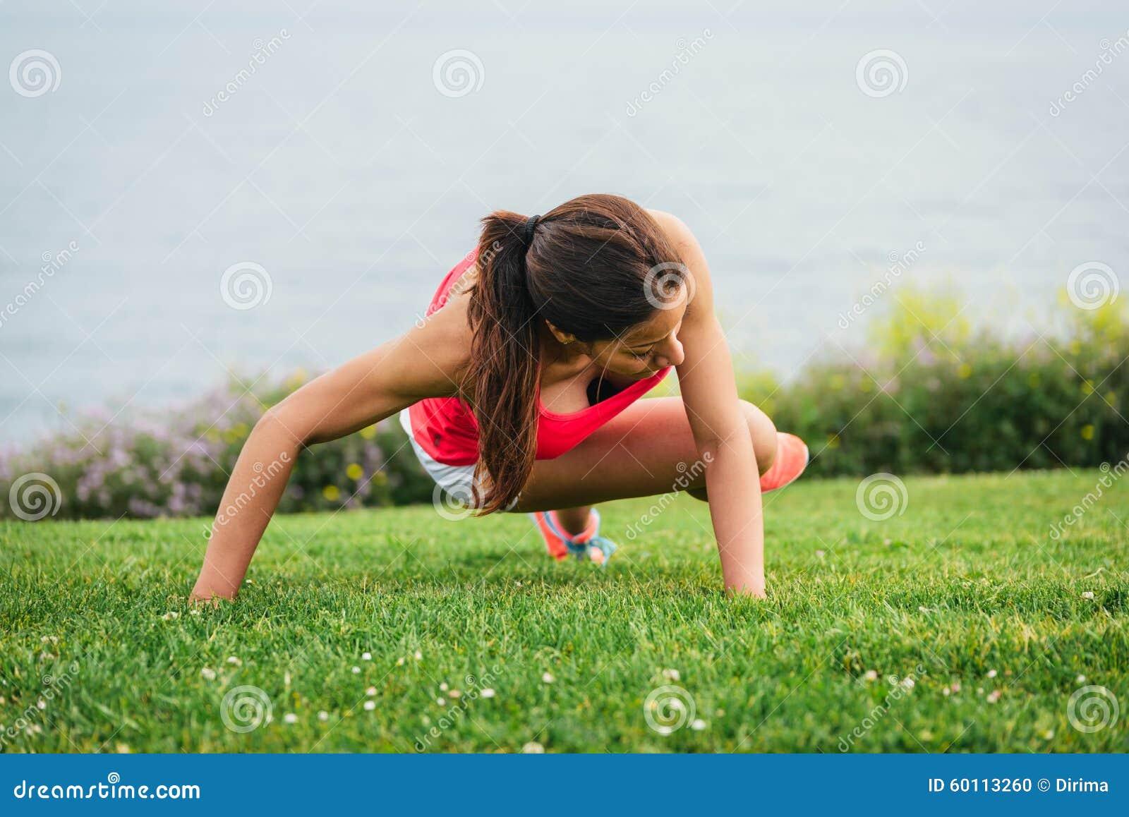 Noyau de formation de femme de forme physique extérieur