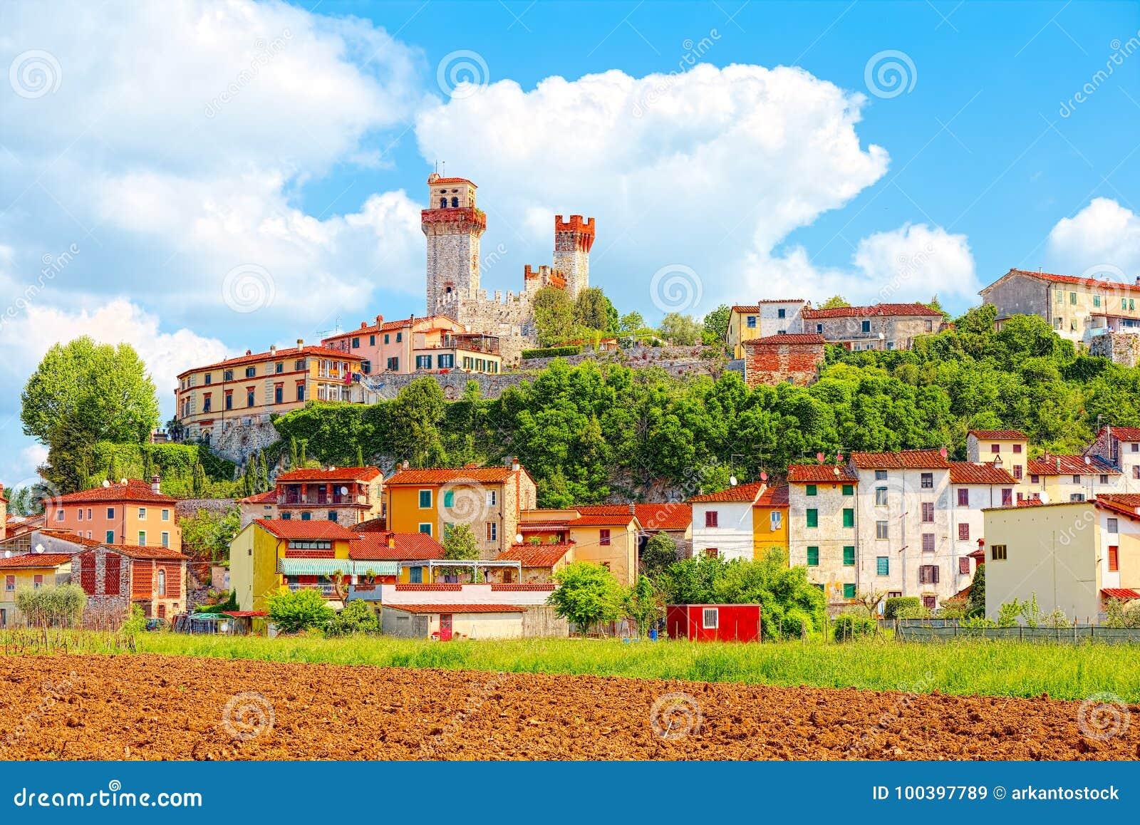 Nozzano Castello en zijn landbouwgewassen, middeleeuws dorp in de provincie van Luca, Toscanië