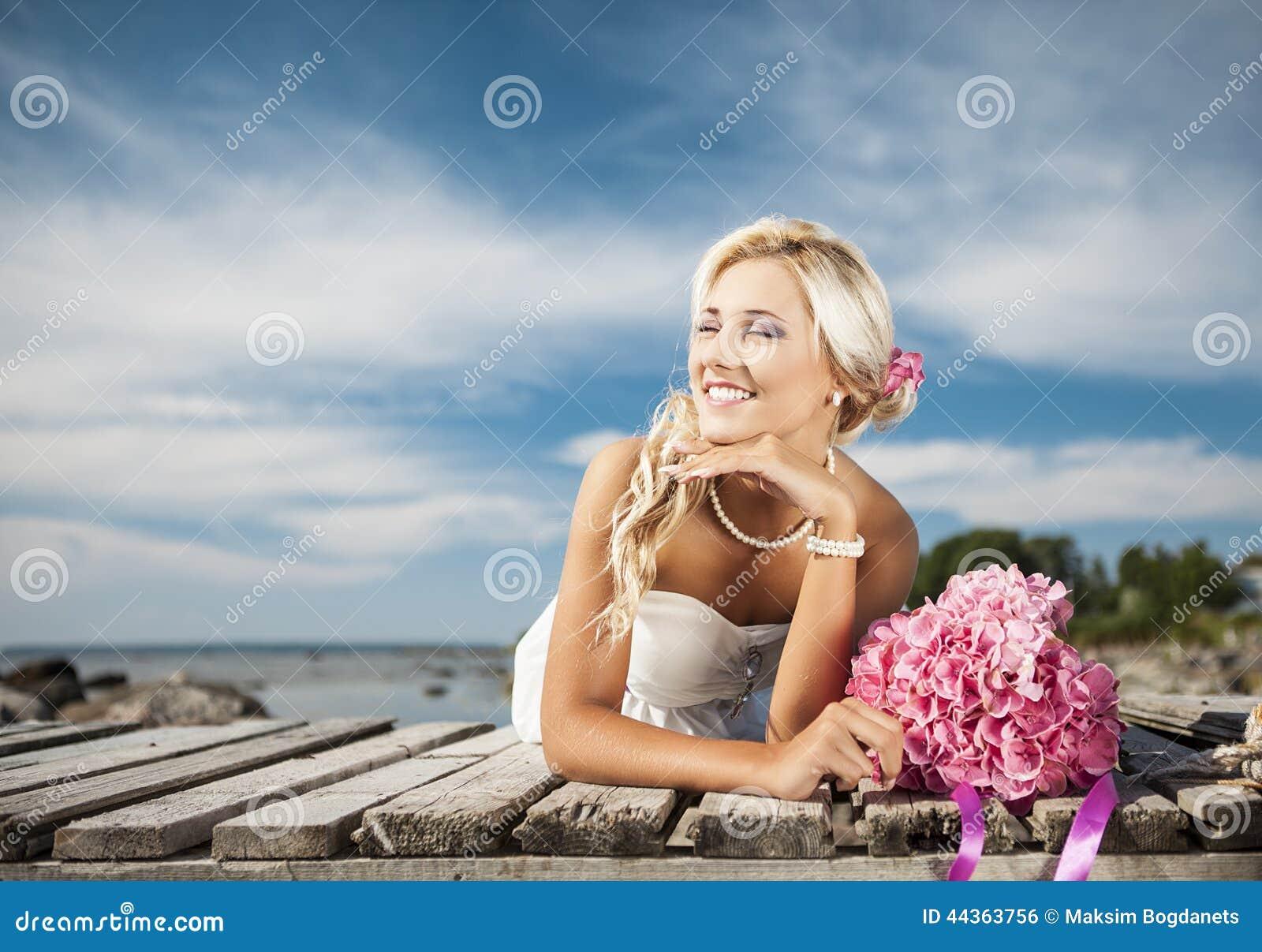 Nozze, giovane felice e celebrazione della donna