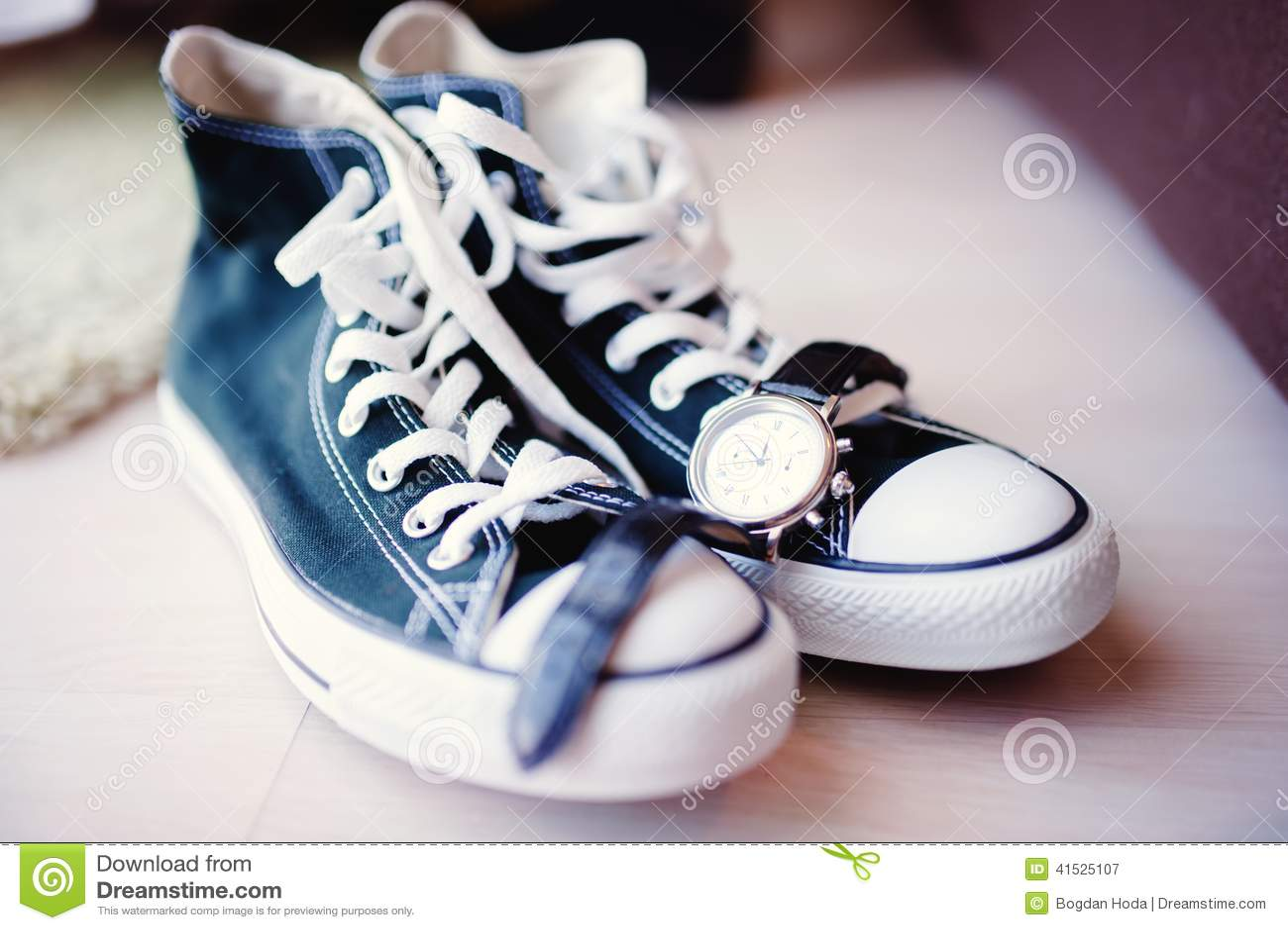Nozze moderne con le scarpe da tennis invece delle scarpe classiche Natura  morta delle scarpe e scarpe da tennis dello sposo 72c54dd2f9a