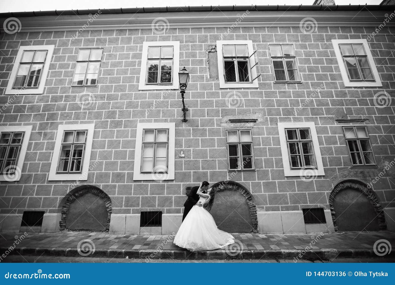 Nozze nella città storica Una coppia che abbraccia la via Ritratto della sposa e dello sposo